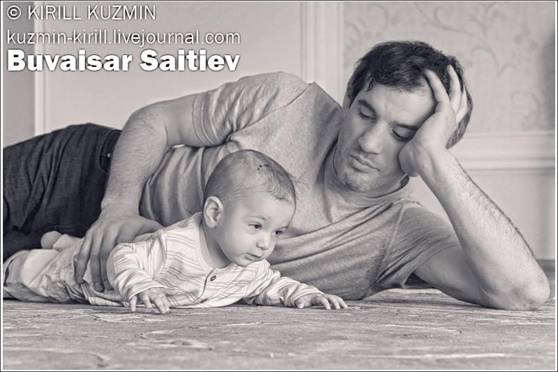 Борец Бувайсар Сайтиев фото в семейном кругу